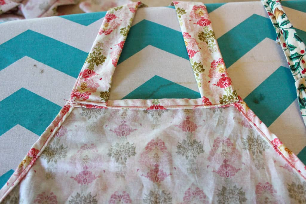 how to make an apron, diy apron tutorial, sew an apron, beginner sewing projects, easy sewing projects, easy sewing patterns